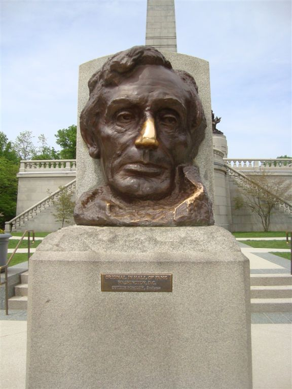 Abraham Lincoln head statue in front of tomb