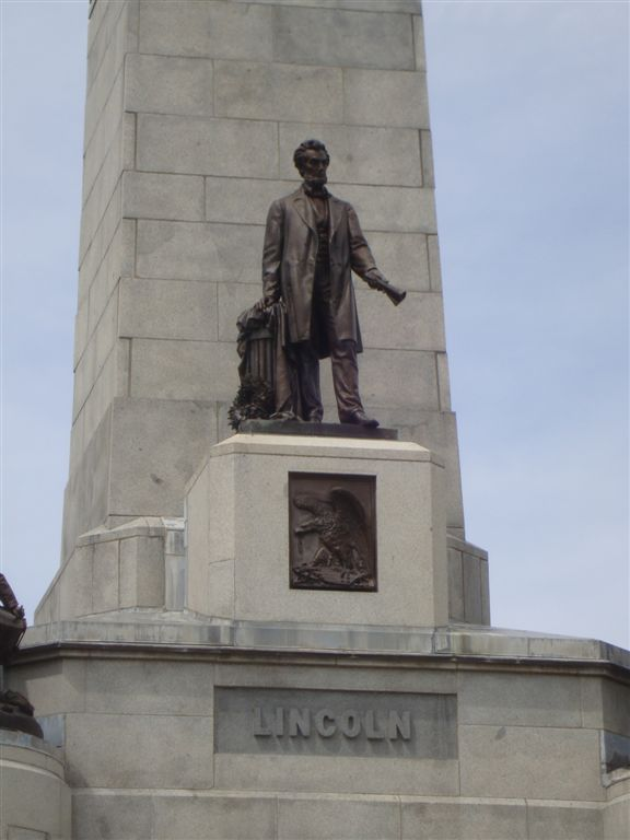 Abraham Lincoln statue on tomb